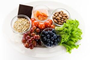 Para desinchar, invista em água e alimentos diuréticos