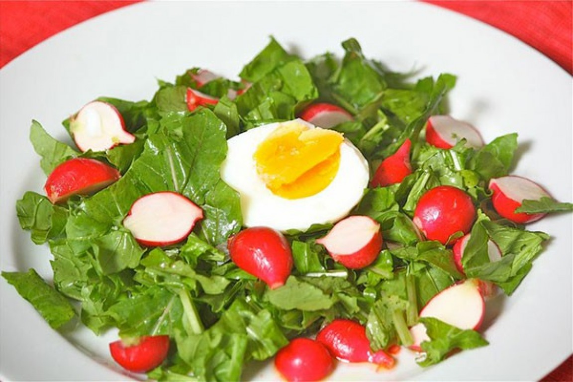 Ovos com salada de rabanete e folhas