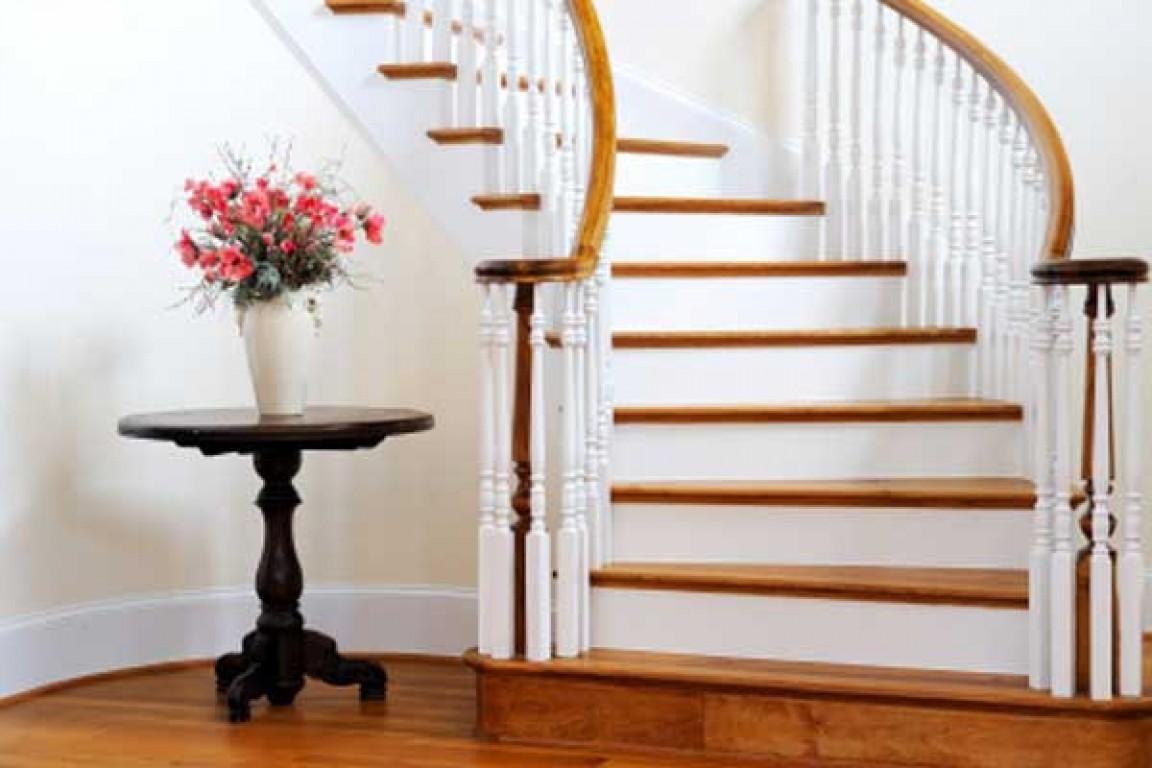 Escadas no centro da casa