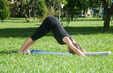 Posturas de Yoga aliviam dores da menstrua��o