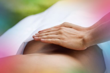 Aliar Reiki e Cromoterapia equilibra Chakras do corpo