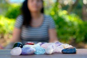 3 formas simples para usar pedras e cristais diariamente