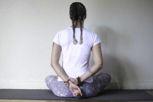 Seguimos com três ásanas básicos para exercitar a respiração: